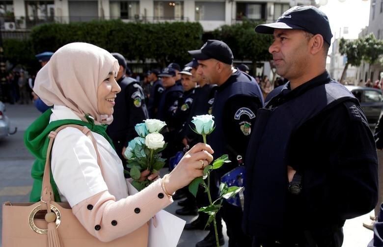 عکس سال ، دادن گل به پلیس در الجزیره