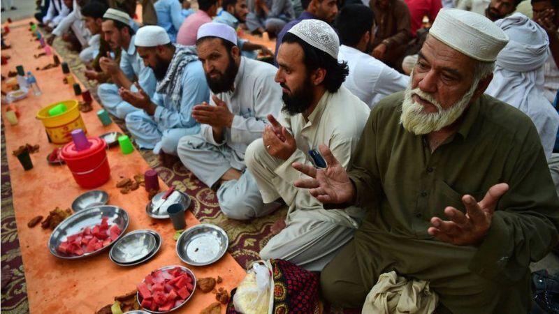 خبرنگاران تورم و اوضاع کرونایی سفره روزه داران در پاکستان را کم رنگ کرد