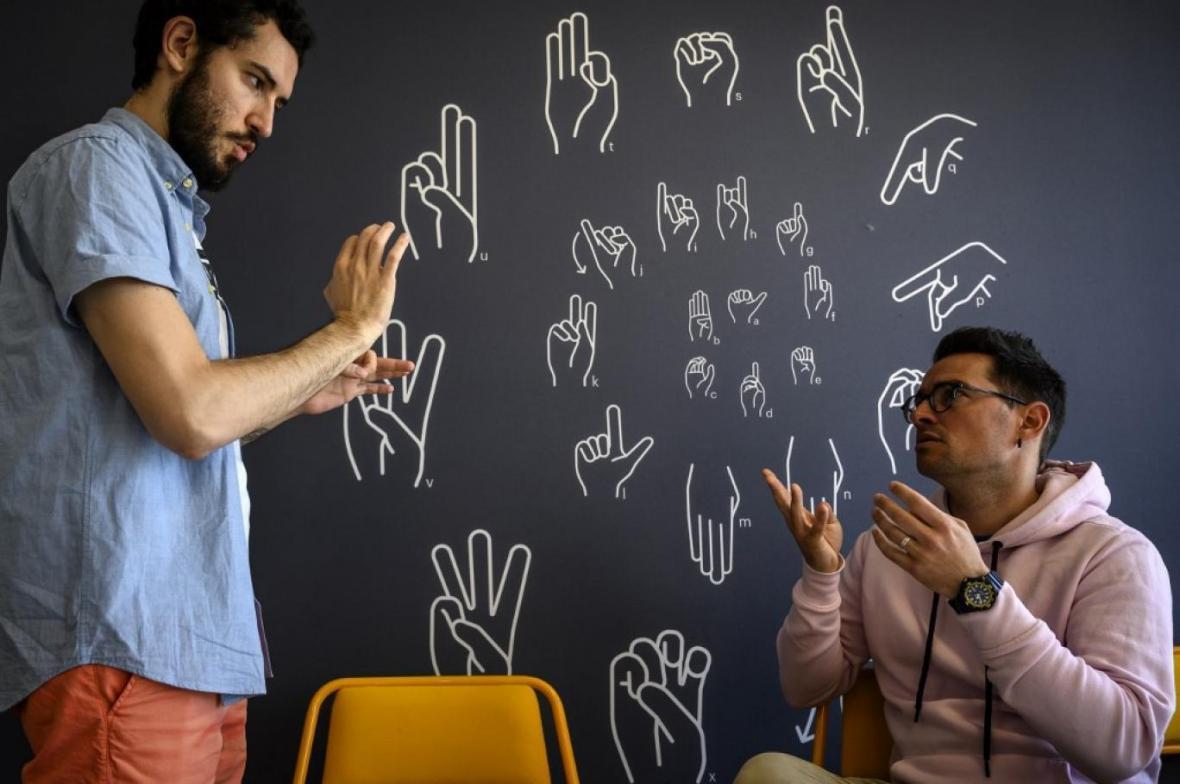 تبدیل زبان اشاره به کلام با دستکش هوشمند